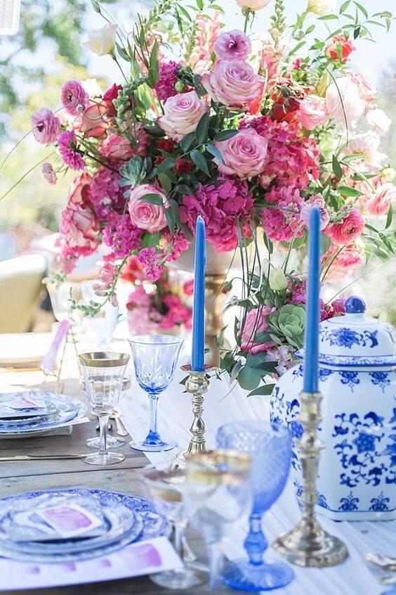 détails table de mariage avec céramique et roses